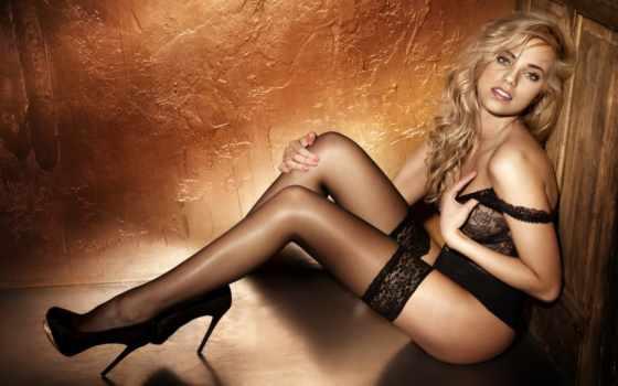 блондинка в черных чулках