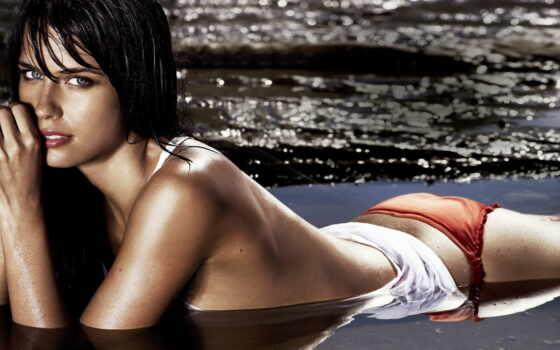 девушка в воде, море