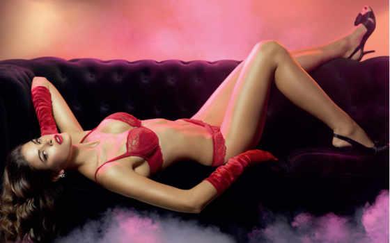 секси девушка в  красном белье
