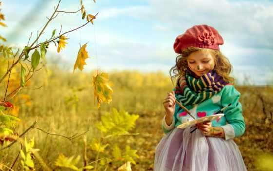 девочка разукрашивает листья