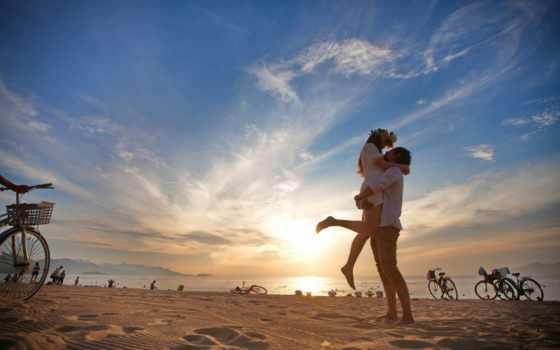 влюблённые на пляже для велосипедистов