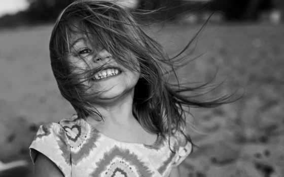 девочка, улыбка, ветер, пляж, черно-белый