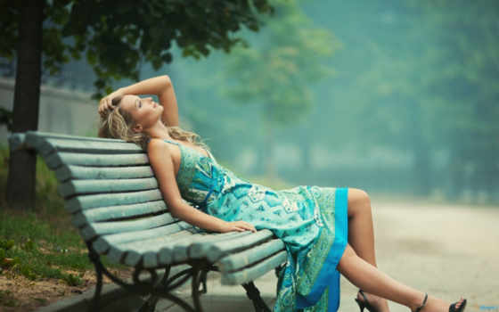 девушка, отдыхает, платье, сидит, светлом, скамье, devushki, full, лавочке,