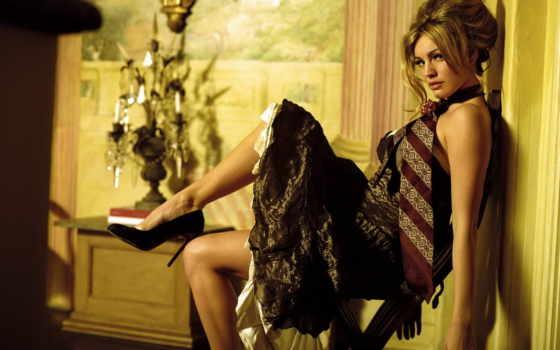 девушка в галстуке на стуле
