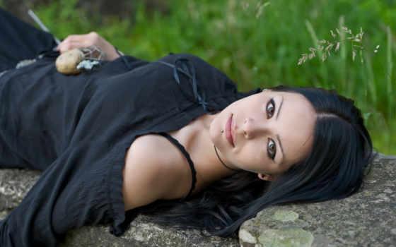 волосы, модель, women, lying, пирсинг, rock, dark, long, трава,