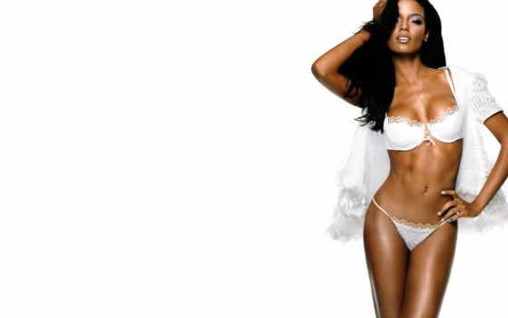 темнокожая девушка в белом белье