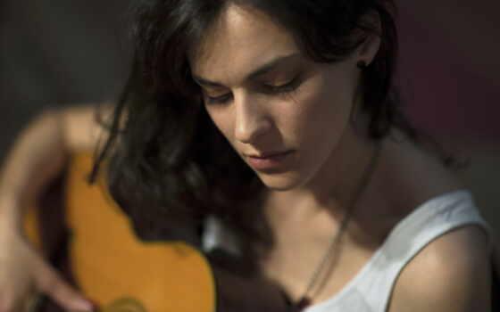 гитара, девушка, музыка, white, вершины, depth, brunette, mujer, guitarra, gafa