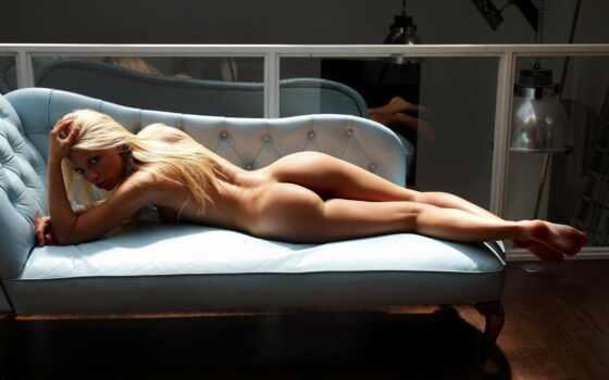 девушка на голубом диване