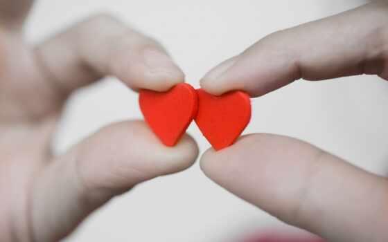 Сердечки в пальцах
