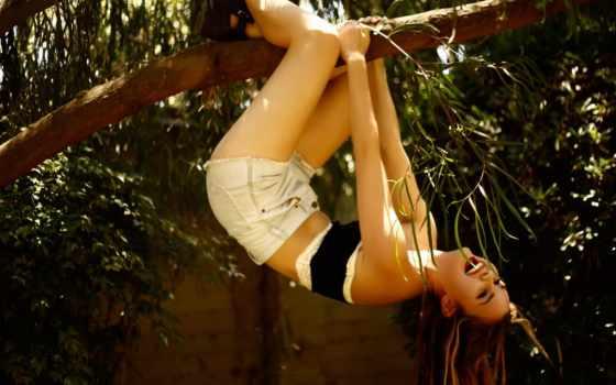 вверх ногами, девушка, радость, дерево, шорты, майка