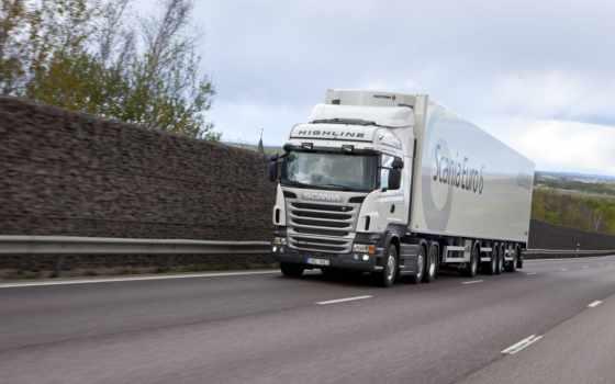 белый грузовик едет по дороге, скания полуприцеп