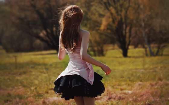 девушка в чёрной юбке на ветру