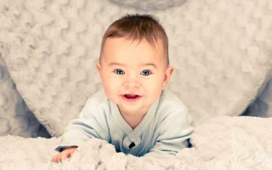 малыш в складках полотенца