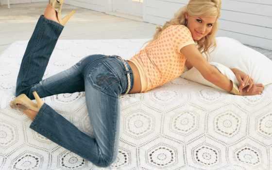 джинсах, девушки, картинка, full, девушка, blonde, постели,