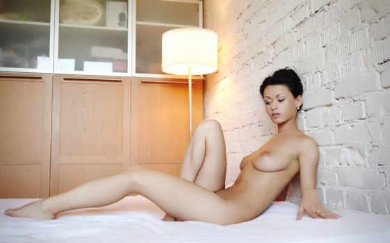 голая девушка с красивой грудью