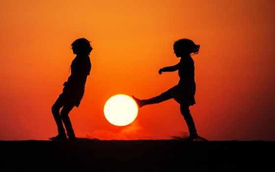 футбол с закатным солнцем
