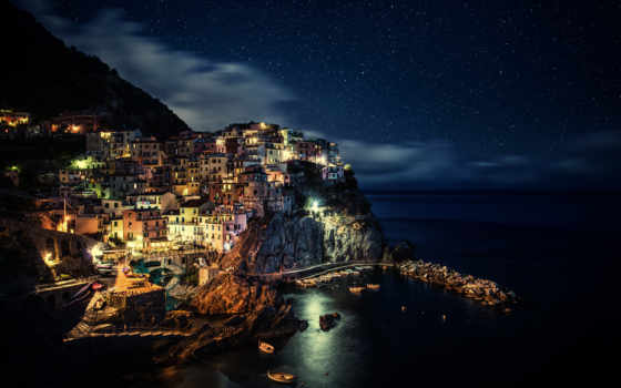 Манарола ночью. Италия