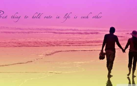 влюблённые на розовом пляже