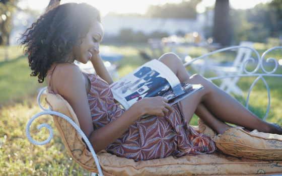 девушка, читает, log, сидит, популярные, улыбается, скамейка, журналы, кудри,