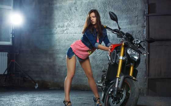 девушка у мотоцикла
