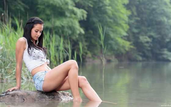 девушка, река, брюнетка