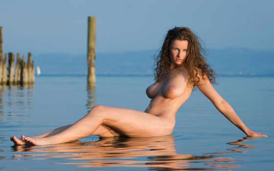 кудрявая девушка на берегу