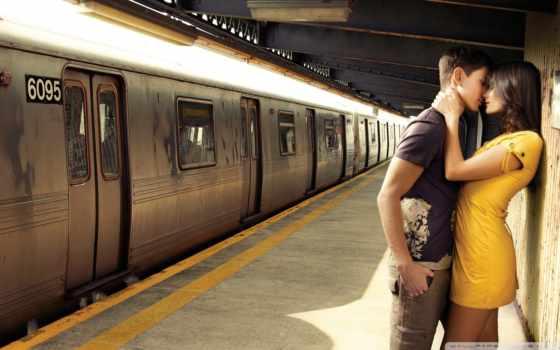 влюблённые на остановке метро