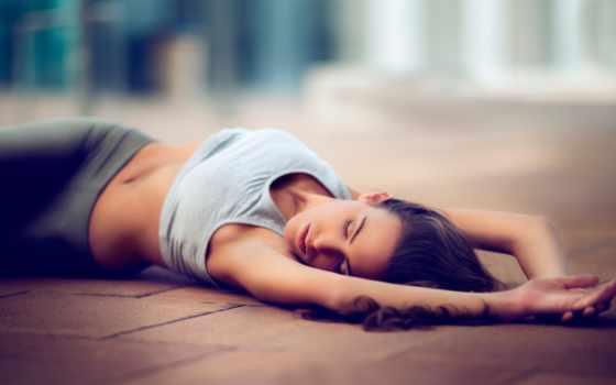 девушка, спортивной, форме, лежит, полу,