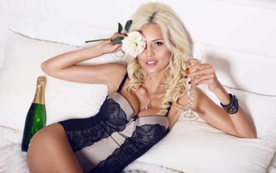 блондинка с шампанским