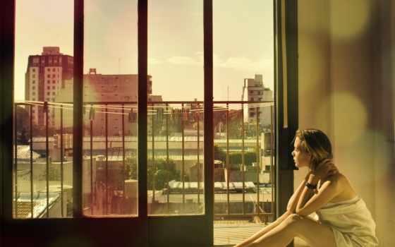 девушка, сидит, смотрит, балкон, город, окно,