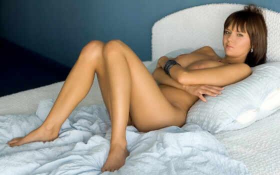 грудастая шатенка на кровати