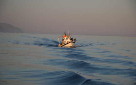 парусное судно в открытом море