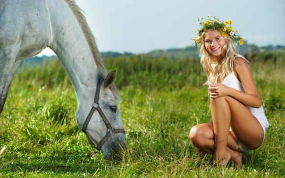девушка и лошадь на лугу