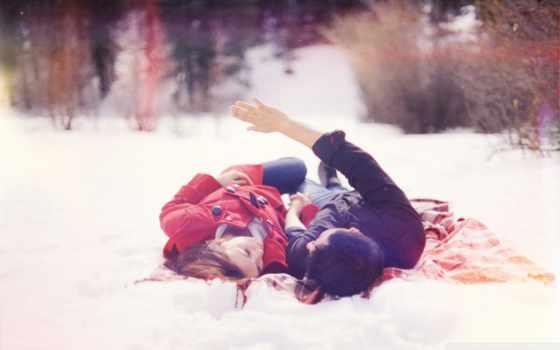 влюблённые лежат на снегу