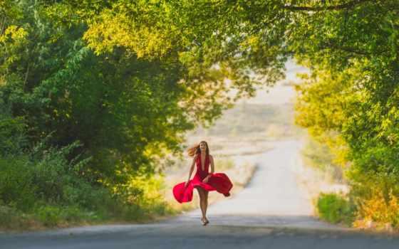 девушка в развевающемся красном платье