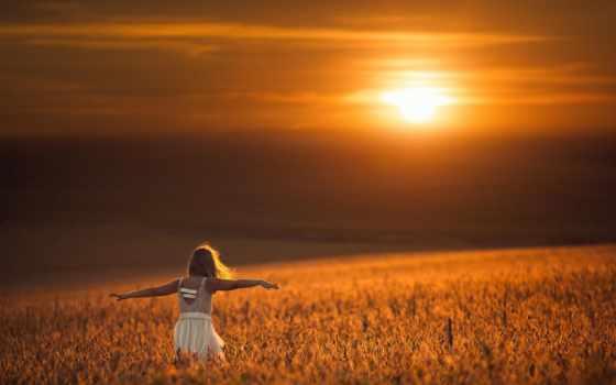 рассвет в поле и летящая девушка