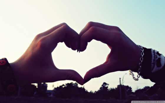 сердечко из рук на фоне неба