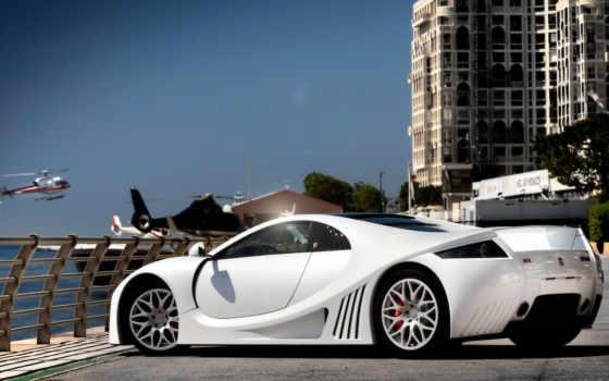 белый спорткар