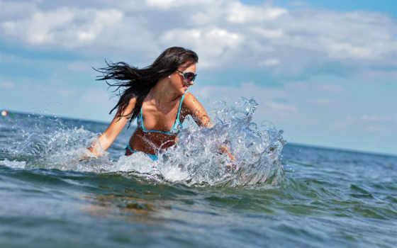 море, очки, брюнетка, купальник, улыбка, брызги, капли,