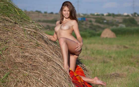 голая девушка на сене