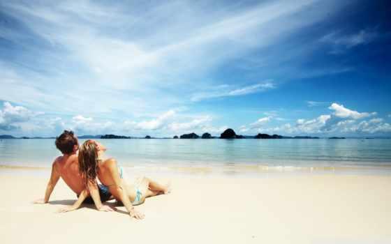 влюблённые на пляже любуются небом