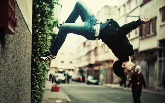 парень, город, стена, прохожие, flip, bush, джинсы,