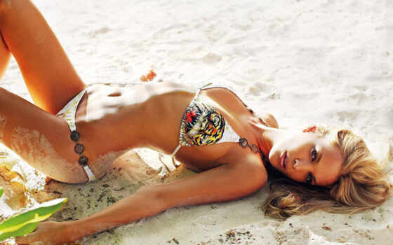 девушка в купальнике и на песке