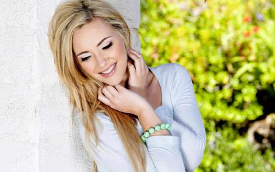 девушка, blonde, devushki, лицо, улыбка, близко, зелёный, white, фото, браслет, волосы,