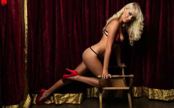 блондинка, стул