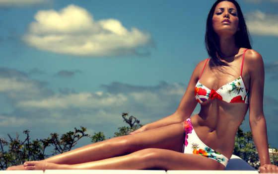 девушка в разноцветном купальнике