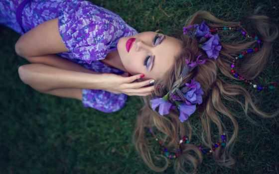 девушка, платье, фиолетовом, голове, венком, цветов, фиолетовых, траве, лежит, зеленой,