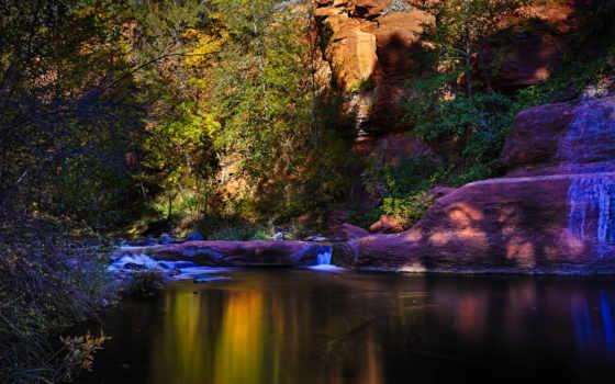 река и скалы