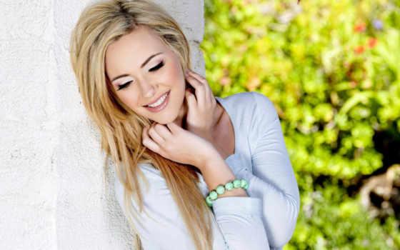 девушка, blonde, devushki, лицо, близко, улыбка, фото, волосы, машины, стена, white,