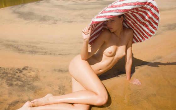 голая девушка на песке